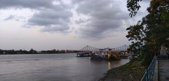 Río del amanecer en ciudad fotografía de archivo