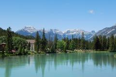 Río del arqueamiento en Banff, Alberta, Rockies canadienses Imagen de archivo libre de regalías