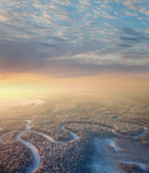 Río del bosque con salida del sol hermosa en invierno foto de archivo libre de regalías