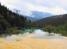 Río del bosque del rango de montaña Foto de archivo libre de regalías