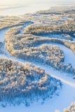 Río del bosque durante el día de invierno frío, visión superior Imagen de archivo