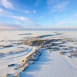 Río del bosque durante el día de invierno frío, visión superior Imagen de archivo libre de regalías