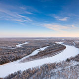 Río del bosque durante el día de invierno frío, visión superior Fotografía de archivo libre de regalías