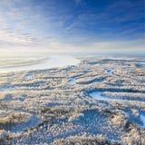 Río del bosque durante el día de invierno frío, visión superior Foto de archivo libre de regalías