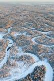 Río del bosque durante el día de invierno frío, visión superior Fotografía de archivo