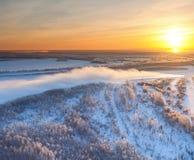 Río del bosque durante el ocaso frío del invierno, visión superior Imagen de archivo