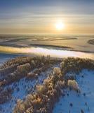 Río del bosque durante la mañana fría del invierno, visión superior Fotos de archivo libres de regalías