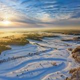 Río del bosque durante la mañana fría del invierno, visión superior Imagen de archivo
