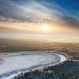 Río del bosque durante la mañana fría del invierno, visión superior Foto de archivo