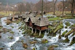 Río del bosque y molinos de agua de madera Imagen de archivo libre de regalías