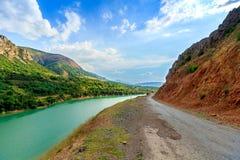 Río del camino y de Pskem, el paisaje de Uzbekistán Foto de archivo libre de regalías
