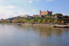Río del castillo y de Danubio de Bratislava Imagen de archivo libre de regalías
