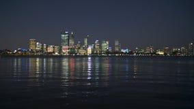 Río del cisne y ciudad de Perth en la noche almacen de video