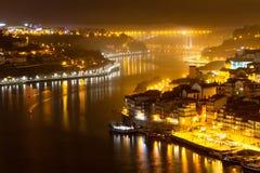 Río del Duero en Oporto en la noche imagen de archivo