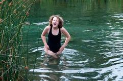 Río del frío de la muchacha fotos de archivo