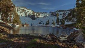 Río del glaciar de Sierra metrajes