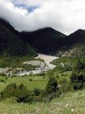 Río del glaciar en un prado Himalayan Fotografía de archivo