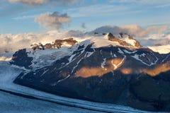Río del glaciar que se enciende abajo de la montaña del volcán Imagenes de archivo