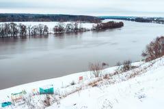 Río del invierno del abedul en ciudad Fotografía de archivo