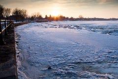 Río del invierno en la puesta del sol Fotografía de archivo