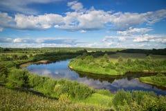 Río del norte, fluyendo entre los campos, los pueblos y los bosques en s Foto de archivo libre de regalías