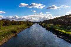 Río del otoño de la caída el Neckar con el cielo azul claro Foto de archivo libre de regalías