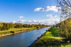 Río del otoño de la caída el Neckar con el cielo azul claro Fotos de archivo libres de regalías