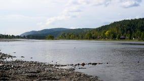 Río del paisaje del verano y Mountain View en el fondo del cielo almacen de video