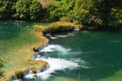 Río del parque de Krka y pequeña cascada en Croacia Imagenes de archivo