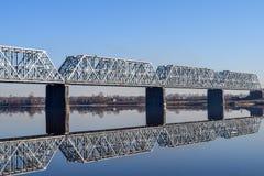 Río del puente ferroviario y su reflexión en agua imagenes de archivo