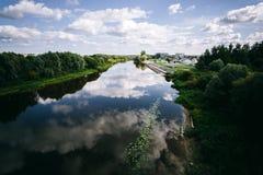 Río del soldado enrollado en el ejército del ½ del ¿de Emajï, Tartu, Estonia Imagenes de archivo