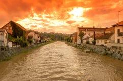 Río después de la lluvia en la puesta del sol Imagen de archivo libre de regalías
