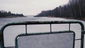Río detrás de la cerca del puente, cambio del foco, en Chernóbil, Pripyat, la Ucrania almacen de metraje de vídeo