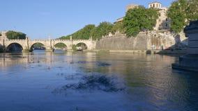Río durante la puesta del sol, Roma, Italia de Tíber almacen de video