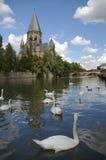 Río e iglesia Metz Francia de Mosela imagen de archivo