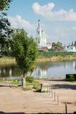 Río e iglesia ortodoxa en un día de verano Fotos de archivo libres de regalías