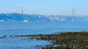 Río el Tajo y el 25to de April Bridge, Lisboa, Portugal Fotografía de archivo libre de regalías