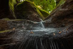 Río en bosque con agua que salpica sobre piedras Imagenes de archivo
