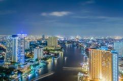 Río en ciudad en el crepúsculo Foto de archivo