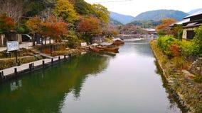 Río en el área de Arashiyama, Kyoto de Hozugawa Fotografía de archivo