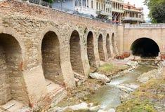 Río en el distrito de Abanotubani en la ciudad vieja de Tbilisi georgia Foto de archivo libre de regalías
