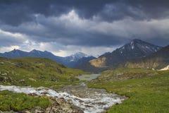 Río en el fondo de las altas montañas Foto de archivo