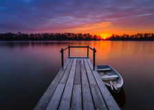 Río en invierno, barcos de pesca amarrados en el pequeño puente de madera sobre el río Fotos de archivo