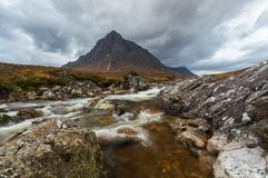 Río en la base de la montaña cerca de Ballaculish imágenes de archivo libres de regalías