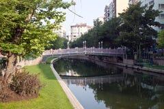 Río en la ciudad de Eskisehir Imágenes de archivo libres de regalías