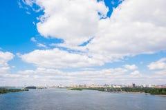 Río en la ciudad de Novosibirsk en verano Fotos de archivo