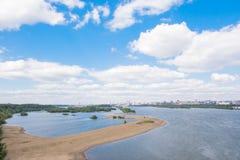 Río en la ciudad de Novosibirsk en verano Foto de archivo libre de regalías