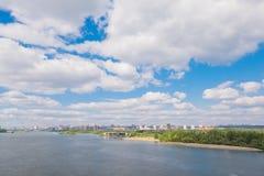 Río en la ciudad de Novosibirsk en verano Fotos de archivo libres de regalías
