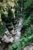 Río en la garganta de Guam, territorio de Krasnodar, Rusia La cama del río de la montaña de las montañas del Cáucaso foto de archivo