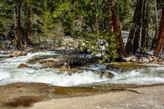 Río en la montaña de Yosemite Imagen de archivo libre de regalías
